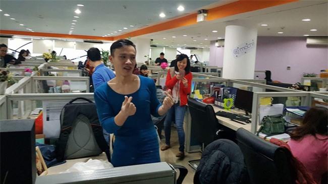 Việt Nam nói là làm: U23 thì đã thắng còn anh chàng này sáng nay đã phải mặc váy catwalk dọc văn phòng công ty - Ảnh 6.