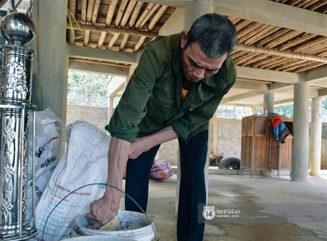 """Bố mẹ Bùi Tiến Dũng vẫn vui vẻ cắt mía, cho trâu ăn ở quê nhà: """"Việt Nam vô địch, chúng tôi sẽ mổ bò để liên hoan!"""" - Ảnh 2."""