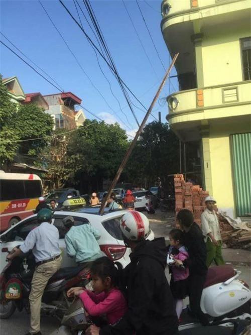 Ninh Bình: Ngồi trên taxi đưa con đi khám bệnh về, người bố bị thanh sắt công trình rơi trúng đầu chết thương tâm - Ảnh 1.
