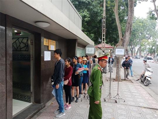 Người dân ùn ùn đến xin visa đi Trung Quốc cổ vũ U23 Việt Nam - Ảnh 4.