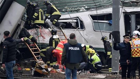 Tàu lửa trật đường ray ở Ý, máu chảy dọc thân tàu - Ảnh 2.