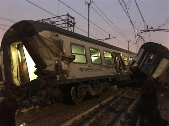 Tàu lửa trật đường ray ở Ý, máu chảy dọc thân tàu - Ảnh 3.