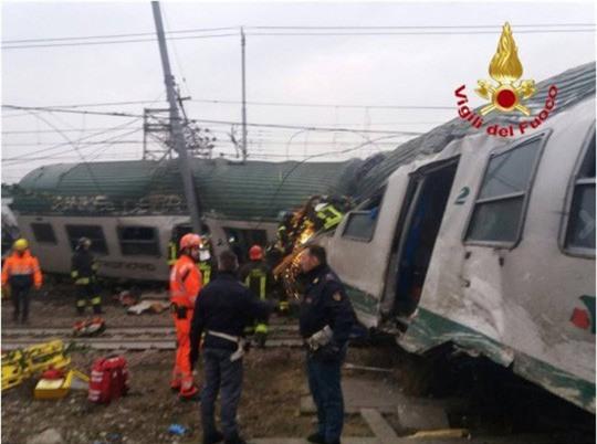Tàu lửa trật đường ray ở Ý, máu chảy dọc thân tàu - Ảnh 4.