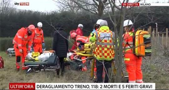 Tàu lửa trật đường ray ở Ý, máu chảy dọc thân tàu - Ảnh 7.