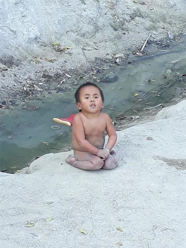 Clip: Em bé co ro ở Mường Lát được bố mẹ nuôi cho xuống phố đi bão mừng U23 Việt Nam vào chung kết - Ảnh 4.