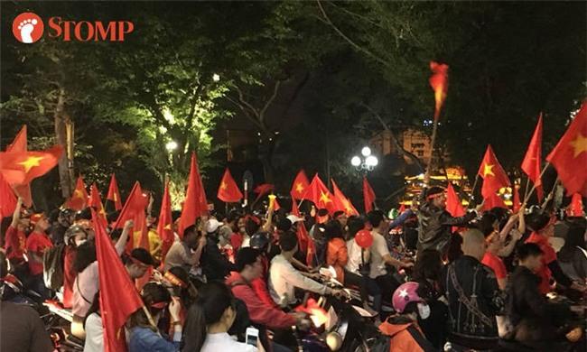 Không khí ăn mừng chiến thắng vui như hội của fan bóng đá Việt Nam tràn ngập trên báo Singapore - Ảnh 1.