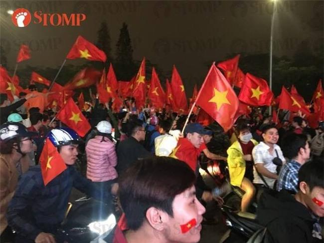 Không khí ăn mừng chiến thắng vui như hội của fan bóng đá Việt Nam tràn ngập trên báo Singapore - Ảnh 3.