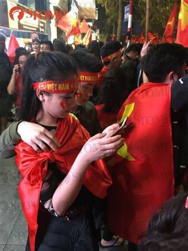 """Không khí ăn mừng chiến thắng """"vui như hội"""" của fan bóng đá Việt Nam tràn ngập trên báo Singapore - Ảnh 4."""