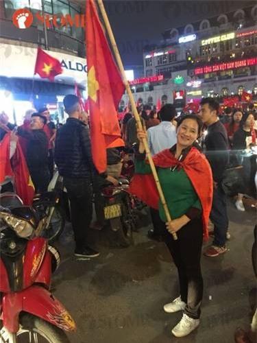 Không khí ăn mừng chiến thắng vui như hội của fan bóng đá Việt Nam tràn ngập trên báo Singapore - Ảnh 5.