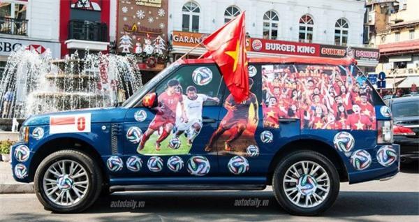 """Ra phố những ngày này ai cũng thấy rộn ràng với biết bao chuyến xe """"chở"""" đầy cờ hoa và cả dàn đội tuyển U23 Việt Nam - Ảnh 1."""