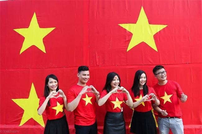 """Ra phố những ngày này ai cũng thấy rộn ràng với biết bao chuyến xe """"chở"""" đầy cờ hoa và cả dàn đội tuyển U23 Việt Nam - Ảnh 10."""