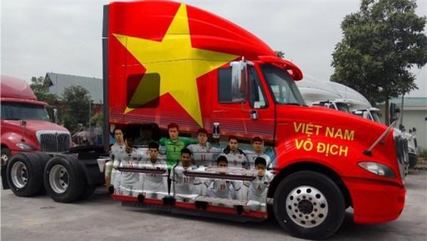 """Ra phố những ngày này ai cũng thấy rộn ràng với biết bao chuyến xe """"chở"""" đầy cờ hoa và cả dàn đội tuyển U23 Việt Nam - Ảnh 2."""