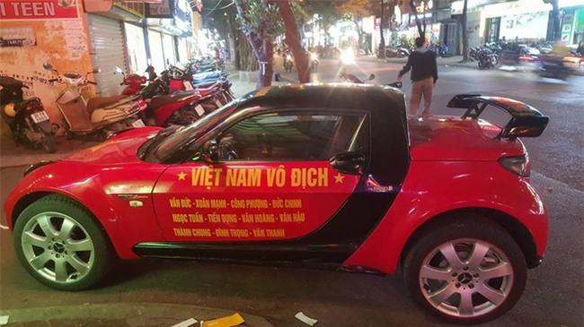 """Ra phố những ngày này ai cũng thấy rộn ràng với biết bao chuyến xe """"chở"""" đầy cờ hoa và cả dàn đội tuyển U23 Việt Nam - Ảnh 3."""