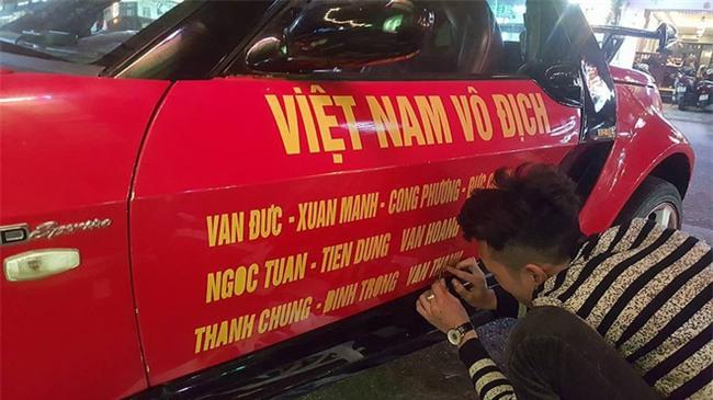 """Ra phố những ngày này ai cũng thấy rộn ràng với biết bao chuyến xe """"chở"""" đầy cờ hoa và cả dàn đội tuyển U23 Việt Nam - Ảnh 4."""