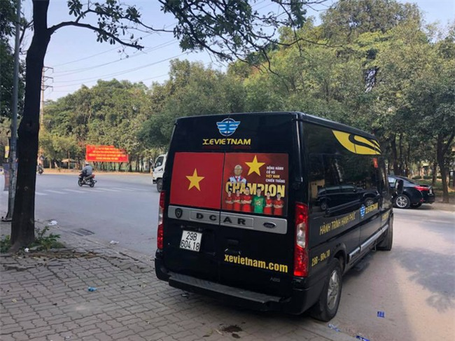 """Ra phố những ngày này ai cũng thấy rộn ràng với biết bao chuyến xe """"chở"""" đầy cờ hoa và cả dàn đội tuyển U23 Việt Nam - Ảnh 5."""