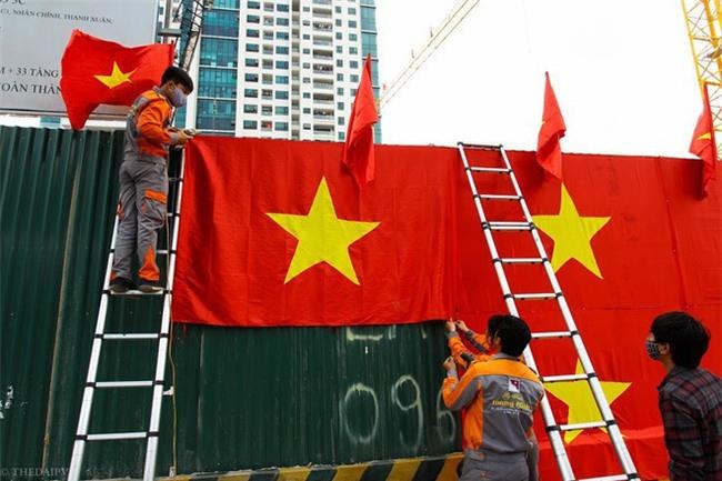 """Ra phố những ngày này ai cũng thấy rộn ràng với biết bao chuyến xe """"chở"""" đầy cờ hoa và cả dàn đội tuyển U23 Việt Nam - Ảnh 9."""