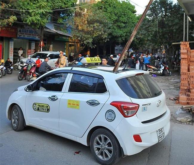 Nguyên nhân thanh sắt rơi thủng nóc ô tô, người đàn ông ngồi cạnh vợ con tử vong ở Ninh Bình - Ảnh 2.