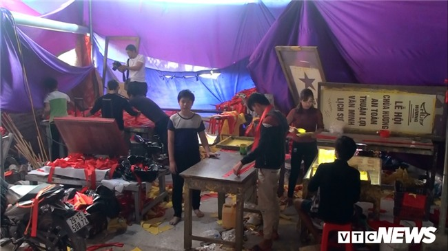 Anh: 'Cong xuong' tang toc san xuat co do, bang ron co vu U23 Viet Nam hinh anh 1