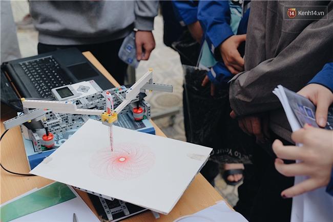 HS bây giờ giỏi quá, mới cấp 3 mà đã biết chế tạo robot và tổ chức hội chợ rồi! - Ảnh 3.