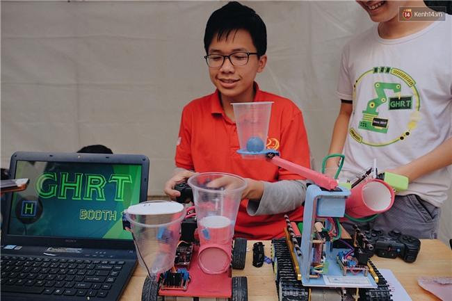 HS bây giờ giỏi quá, mới cấp 3 mà đã biết chế tạo robot và tổ chức hội chợ rồi! - Ảnh 5.
