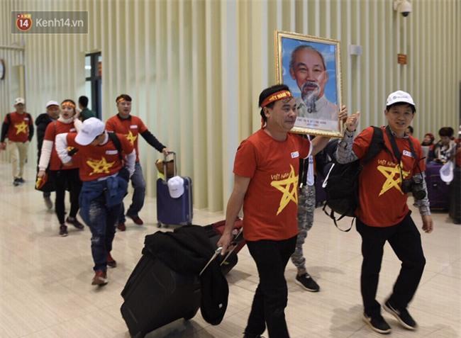 Fan Việt Nam đi đường bộ sang Trung Quốc cổ vũ chung kết U23 châu Á - Ảnh 2.