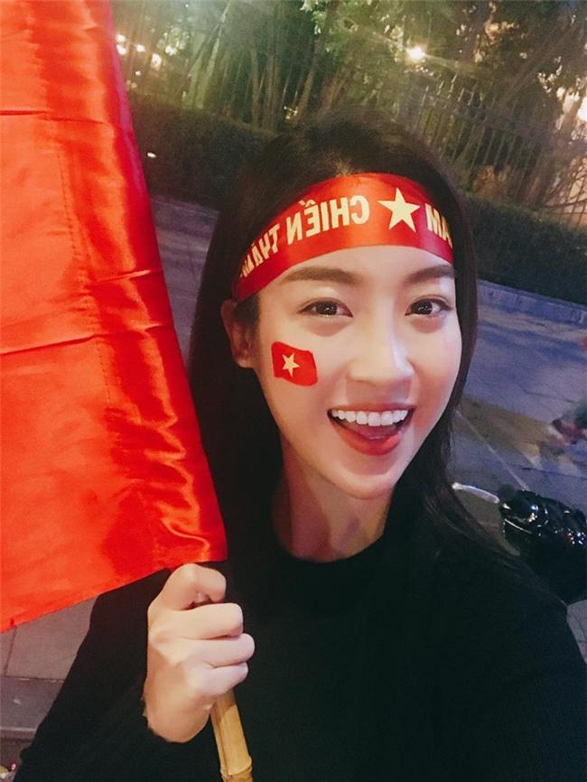 Clip: Á hậu Thanh Tú đã có mặt tại Trung Quốc để cổ vũ U23 Việt Nam trong trận chung kết - Ảnh 4.