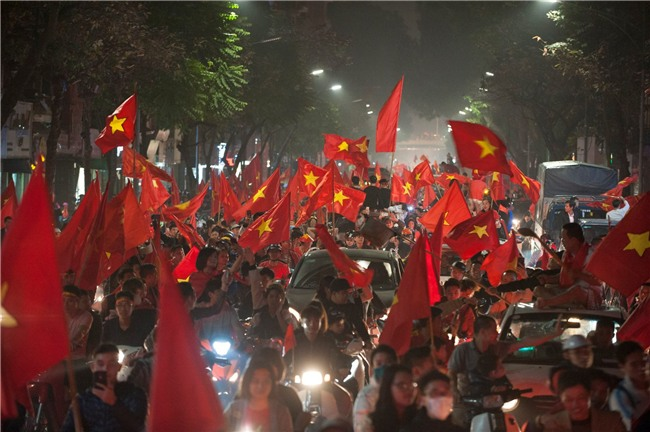 Ảnh: Chỉ cái chạm tay thôi đã đủ thấy tinh thần dân tộc và tình yêu bóng đá của hàng triệu người hâm mộ Việt Nam rồi! - Ảnh 6.