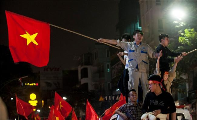 Ảnh: Chỉ cái chạm tay thôi đã đủ thấy tinh thần dân tộc và tình yêu bóng đá của hàng triệu người hâm mộ Việt Nam rồi! - Ảnh 8.