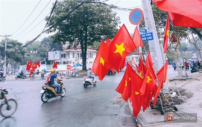 Trước trận chung kết lịch sử, người dân Hà Nội và Sài Gòn nô nức đi mua cờ, băng rôn cổ động để tiếp lửa cho đội tuyển U23 - Ảnh 4.
