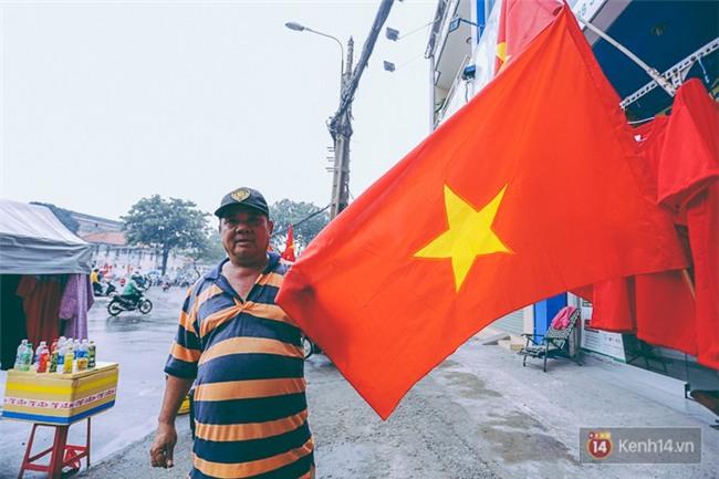 Trước trận chung kết lịch sử, người dân Hà Nội và Sài Gòn nô nức đi mua cờ, băng rôn cổ động để tiếp lửa cho đội tuyển U23 - Ảnh 5.