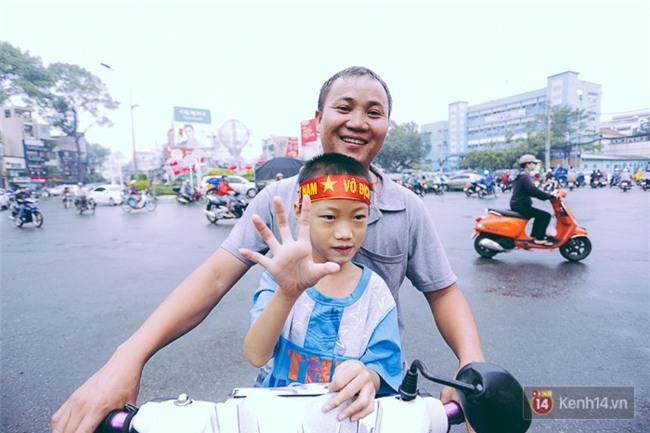 Trước trận chung kết lịch sử, người dân Hà Nội và Sài Gòn nô nức đi mua cờ, băng rôn cổ động để tiếp lửa cho đội tuyển U23 - Ảnh 6.