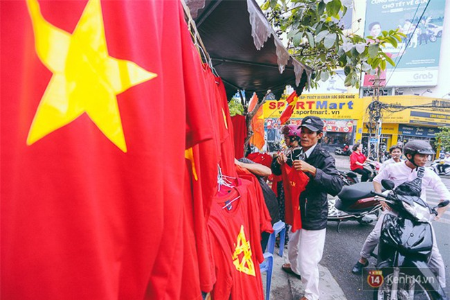 Trước trận chung kết lịch sử, người dân Hà Nội và Sài Gòn nô nức đi mua cờ, băng rôn cổ động để tiếp lửa cho đội tuyển U23 - Ảnh 7.