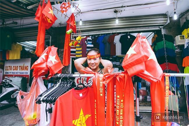 Trước trận chung kết lịch sử, người dân Hà Nội và Sài Gòn nô nức đi mua cờ, băng rôn cổ động để tiếp lửa cho đội tuyển U23 - Ảnh 8.