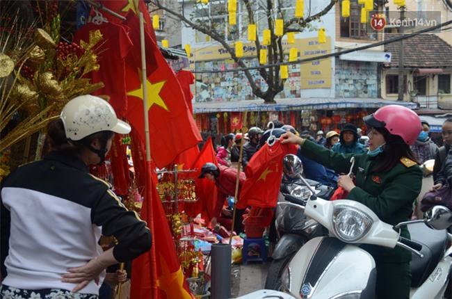 Trước trận chung kết lịch sử, người dân Hà Nội và Sài Gòn nô nức đi mua cờ, băng rôn cổ động để tiếp lửa cho đội tuyển U23 - Ảnh 12.