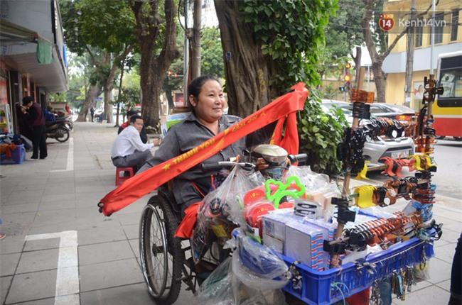 Trước trận chung kết lịch sử, người dân Hà Nội và Sài Gòn nô nức đi mua cờ, băng rôn cổ động để tiếp lửa cho đội tuyển U23 - Ảnh 13.