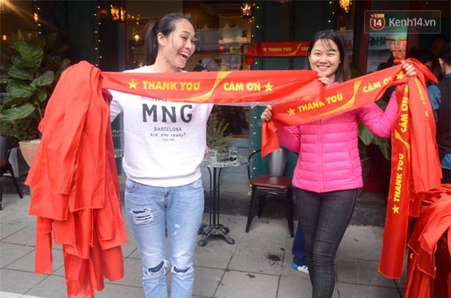 Trước trận chung kết lịch sử, người dân Hà Nội và Sài Gòn nô nức đi mua cờ, băng rôn cổ động để tiếp lửa cho đội tuyển U23 - Ảnh 14.
