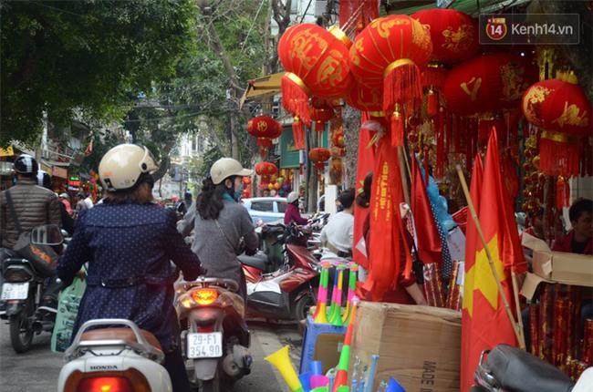 Trước trận chung kết lịch sử, người dân Hà Nội và Sài Gòn nô nức đi mua cờ, băng rôn cổ động để tiếp lửa cho đội tuyển U23 - Ảnh 18.