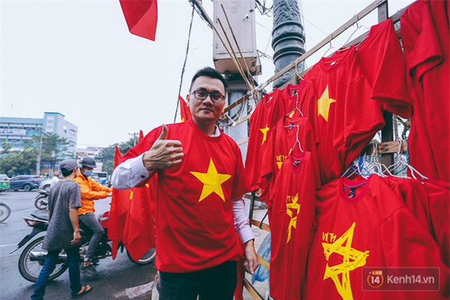 Trước trận chung kết lịch sử, người dân Hà Nội và Sài Gòn nô nức đi mua cờ, băng rôn cổ động để tiếp lửa cho đội tuyển U23 - Ảnh 2.