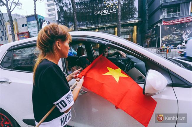 Trước trận chung kết lịch sử, người dân Hà Nội và Sài Gòn nô nức đi mua cờ, băng rôn cổ động để tiếp lửa cho đội tuyển U23 - Ảnh 3.