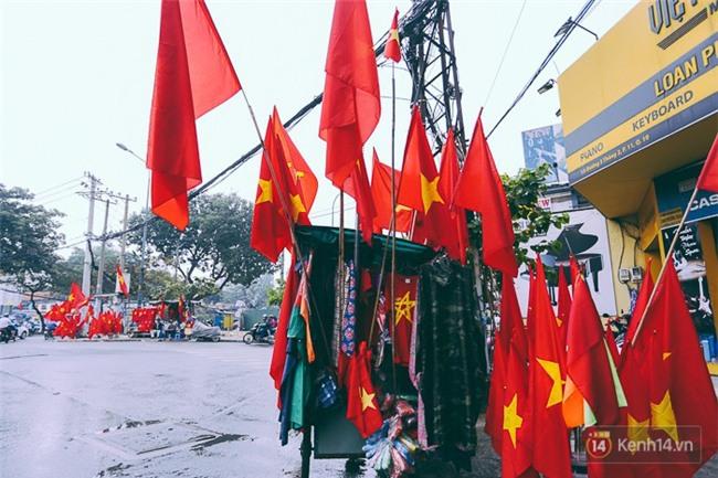 Một không khí rất khác trước ngày diễn ra trận chung kết U23 Châu Á: Màu cờ sắc áo đã tràn ngập khắp phố phường! - Ảnh 1.