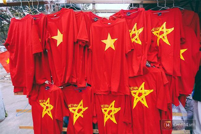 Một không khí rất khác trước ngày diễn ra trận chung kết U23 Châu Á: Màu cờ sắc áo đã tràn ngập khắp phố phường! - Ảnh 2.