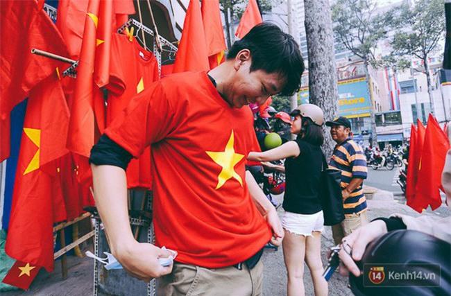 Một không khí rất khác trước ngày diễn ra trận chung kết U23 Châu Á: Màu cờ sắc áo đã tràn ngập khắp phố phường! - Ảnh 3.