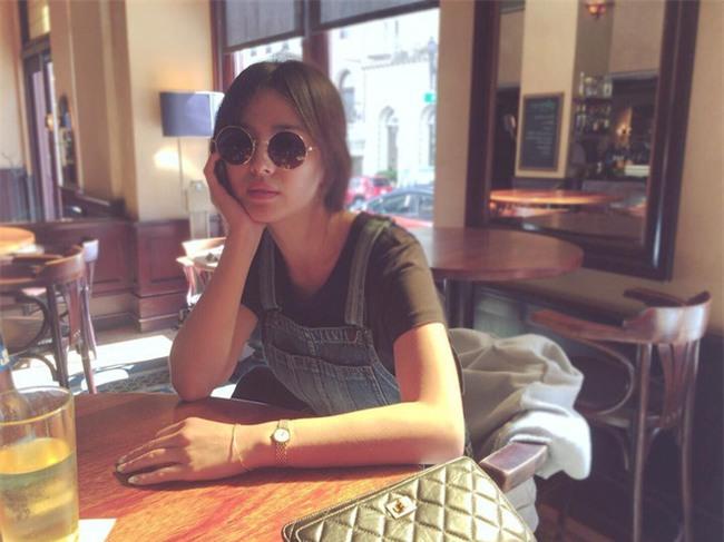 """Nghịch lý Song Hye Kyo: Ăn vận kiểu cách thì """"sến"""" nhưng luộm thuộm chút lại chất đừng hỏi - Ảnh 10."""