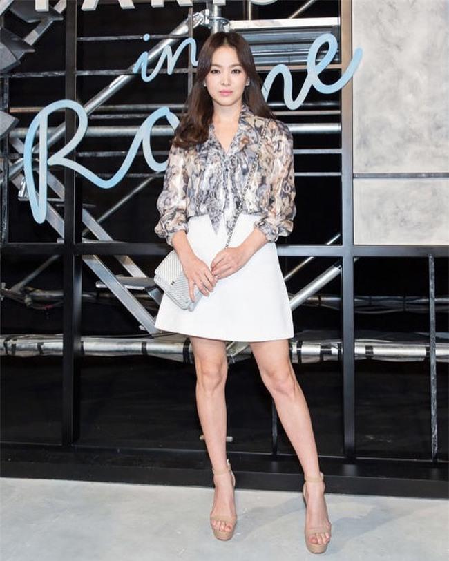 """Nghịch lý Song Hye Kyo: Ăn vận kiểu cách thì """"sến"""" nhưng luộm thuộm chút lại chất đừng hỏi - Ảnh 2."""