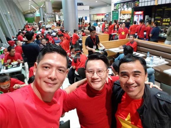 Clip: Bình Minh và dàn sao Việt hào hứng bay sang Trung Quốc lúc 4 giờ sáng để kịp cổ vũ U23 Việt Nam - Ảnh 2.