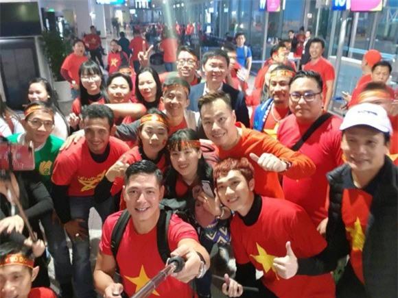 Clip: Bình Minh và dàn sao Việt hào hứng bay sang Trung Quốc lúc 4 giờ sáng để kịp cổ vũ U23 Việt Nam - Ảnh 3.