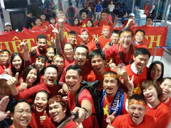 Clip: Bình Minh và dàn sao Việt hào hứng bay sang Trung Quốc lúc 4 giờ sáng để kịp cổ vũ U23 Việt Nam - Ảnh 6.