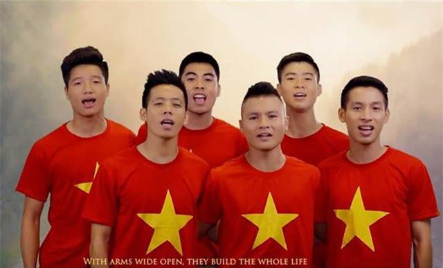 Bất ngờ hình ảnh Quang Hải, Xuân Trường hát, Công Phượng nhảy sục sôi ý chí-4