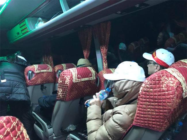 """Đi Trung Quốc xem U23 Việt Nam, 64 hành khách bị công ty du lịch """"bỏ bom"""" mắc kẹt ở cửa khẩu Móng Cái - Ảnh 3."""