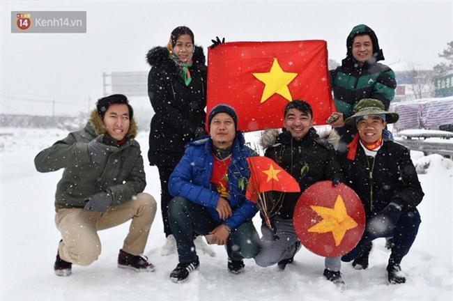 CĐV Việt Nam lội mưa tuyết trắng xóa, tới sân cổ vũ thầy trò HLV Park Hang Seo - Ảnh 1.